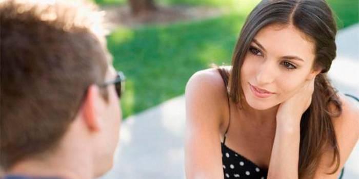 Ознаки симпатії дівчини до хлопця в поведінці при спілкуванні