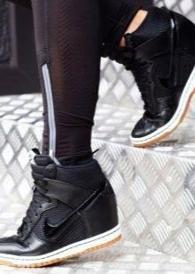 Снікерси Nike (33 фото): жіночі моделі сникеров від Найк