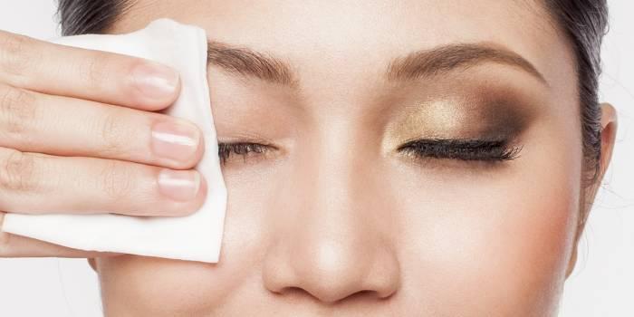 Як позбутися від набряклості навколо очей