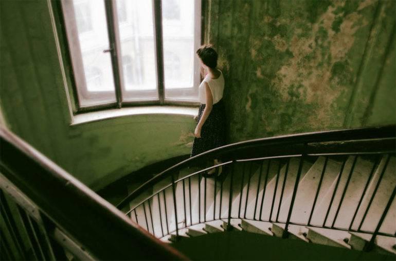Спускатися по сходах вниз у сні: бігти, падати і спотикатися на сходах