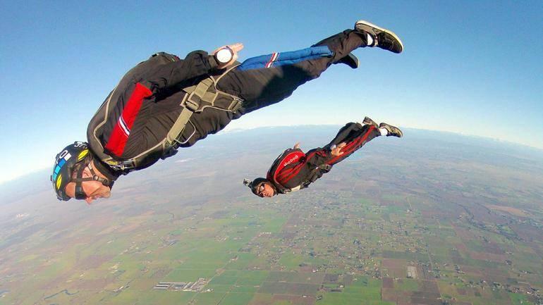 Стрибати у сні з парашутом: розшифровка сонником образу парашутиста, польоту в небі і падіння
