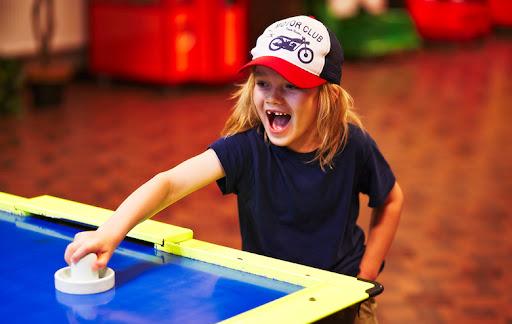 Аэрохоккей – игра, полюбившаяся детям